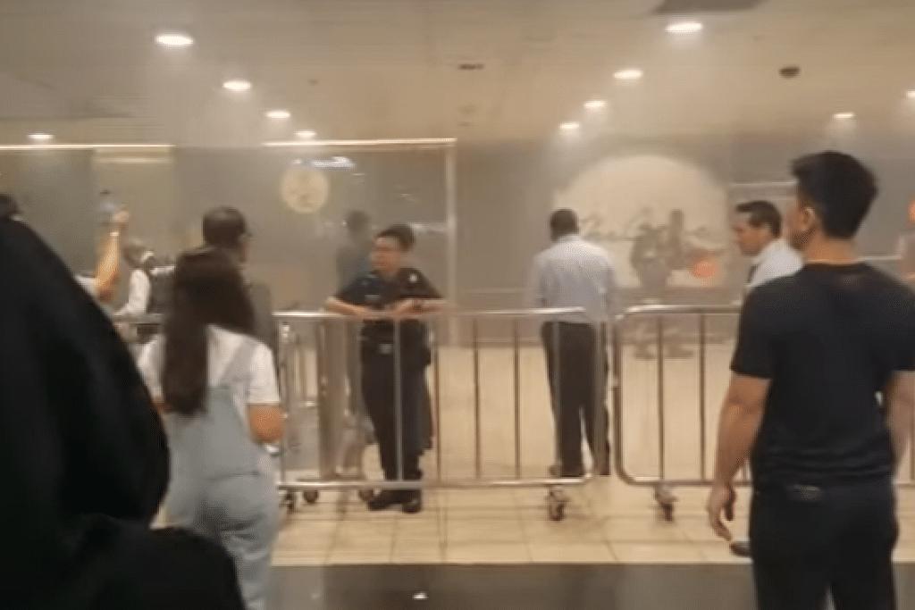 Pegawai SCDF dan polis berada di HarbourFront Centre di mana kebakaran berlaku tengah hari tadi (Jumaat, 8 Nov). FOTO: TANGKAP LAYAR VIDEO ST