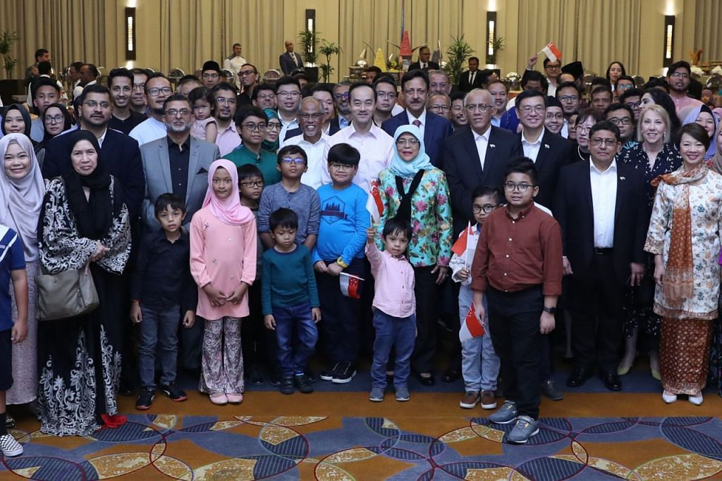KEKALKAN HUBUNGAN: Puan Halimah (depan, tengah) bertemu warga Singapura yang menetap di Saudi di satu perhimpunan khas yang diadakan di Jeddah kelmarin. Dalam ucapannya, Puan Halimah menggesa mereka untuk mengekalkan hubungan dengan keluarga di Singapura dan supaya mengikuti perkembangan di Singapura. – Foto MCI