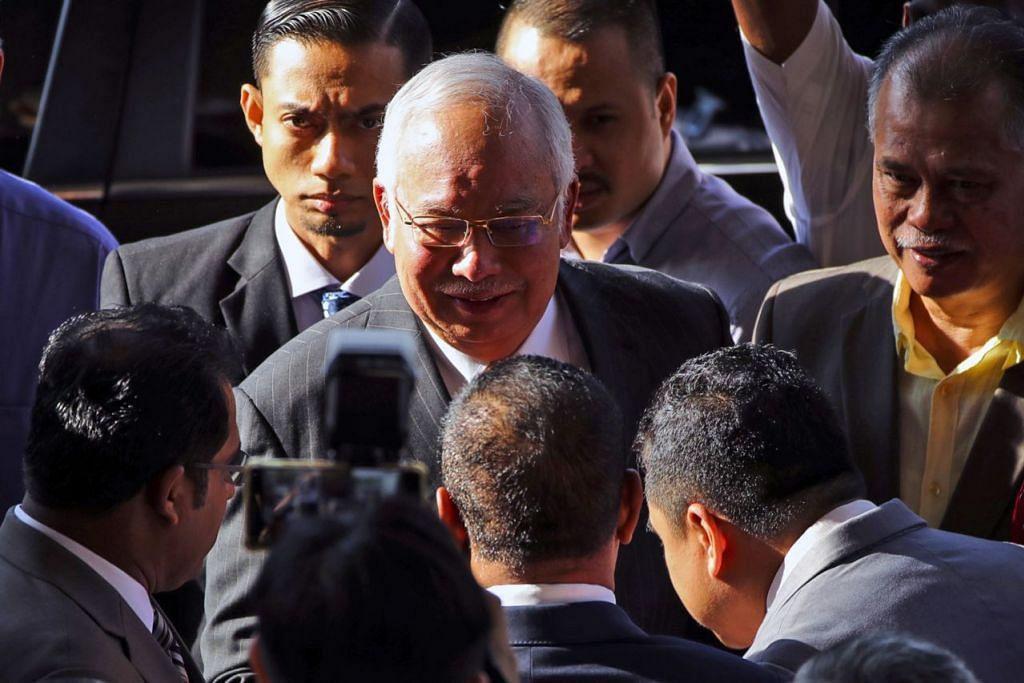 PERLU BELA DIRI: Bekas perdana menteri Malaysia Najib Tun Razak tiba di Mahkamah Tinggi, Kuala Lumpur, bagi perbicaraannya semalam. Beliau perlu membela diri terhadap tuduhan penyalahgunaan kuasa dan pengubahan wang haram. - Foto EPA-EFE