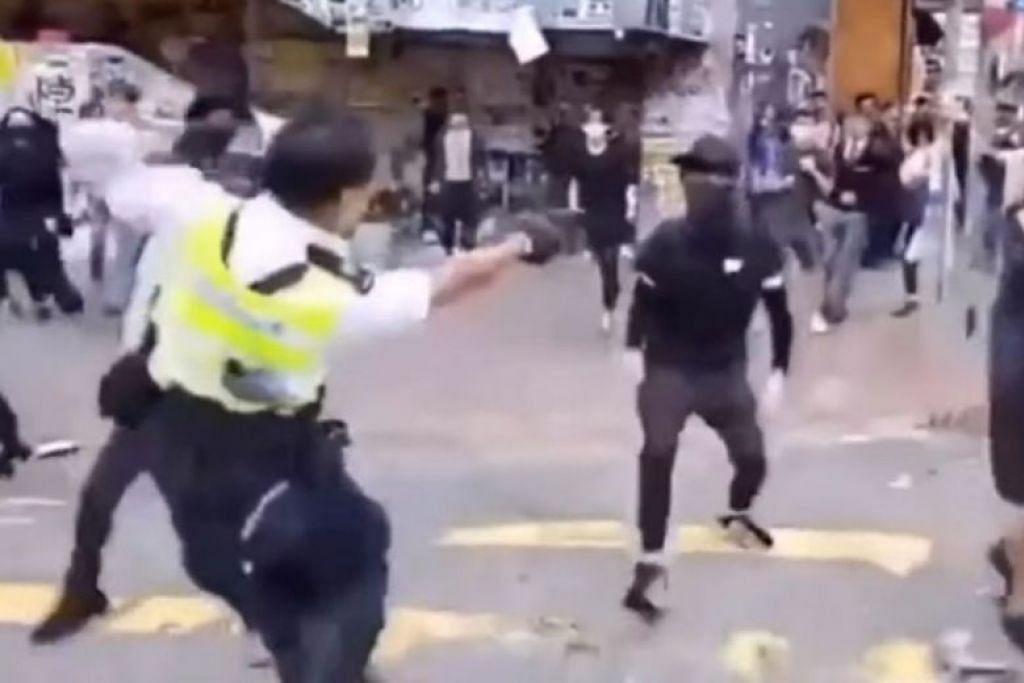 Rakaman menunjukkan pegawai polis menembak seorang lelaki di dadanya. - Foto GAMBAR TANGKAP LAYAR CUPIDPRODUCER/YOUTUBE