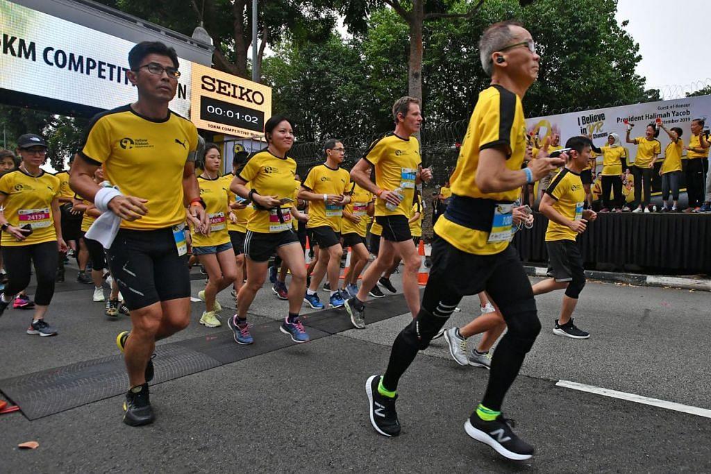 SOKONGAN PADU: Presiden Halimah Yacob memulakan larian peserta semasa Larian Reben Kuning 2019 baru-baru ini. - Foto fail