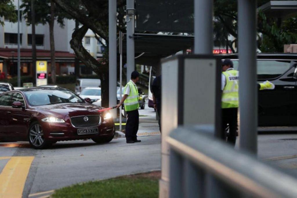 Warden trafik membimbing murid dan pejalan kaki seberang jalan pada 13 Febuari 2019. Polis Trafik dan Majlis Keselamatan Jalan Raya akan terus mendidik kanak-kanak akan bahayanya jalan raya. - Foto fail