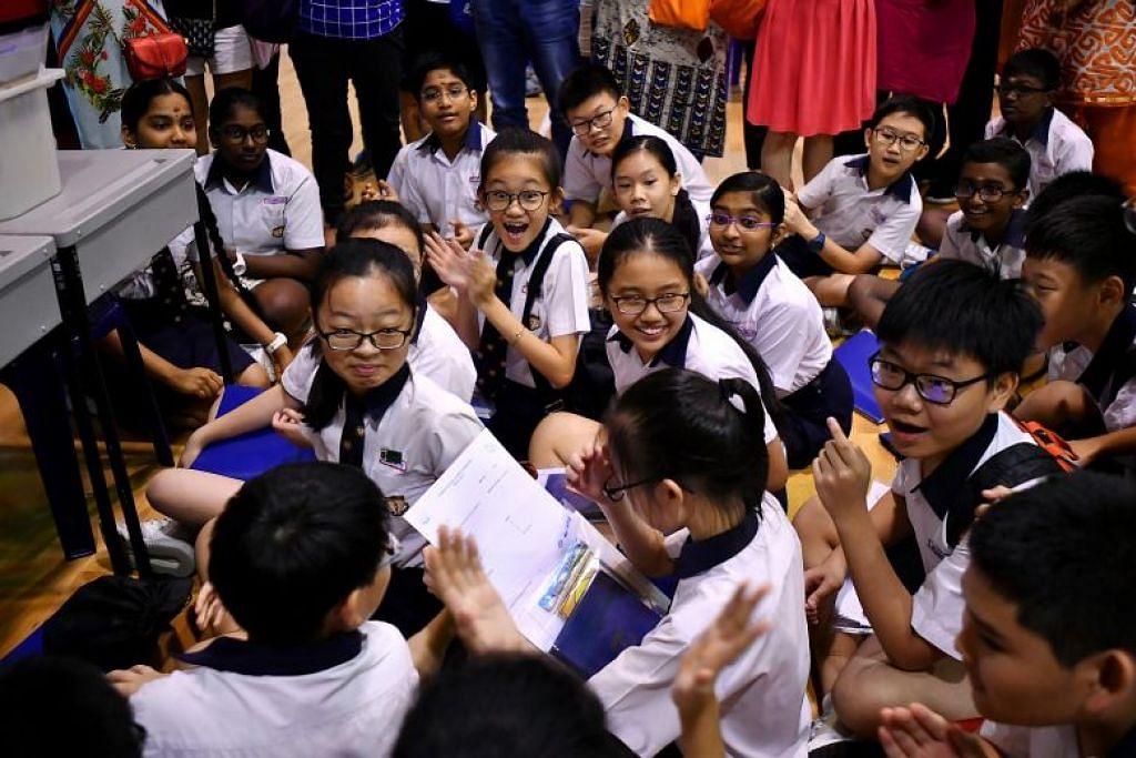 Dalam gambar yang diambil pada 22 November 2018, pelajar Sekolah (Rendah) Geylang Methodist menerima keputusan PSLE mereka. - Foto fail