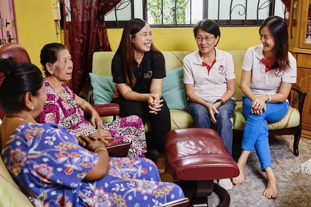 HULUR KHIDMAT: Pegawai AIC, Cik Nur Hidayah (tengah) yang merupakan sebahagian daripada pasukan kanan CNS, bersama duta sukarelawan SGO, Cik Jessie Tay dan Cik Fion Soh (kanan) menghubungkan pemberi jagaan seperti Cik Saraswathi (kiri) yang menjaga ibunya, Cik Anthony Lily (dua dari kiri) kepada sokongan jagaan masyarakat. FOTO: TED CHEN