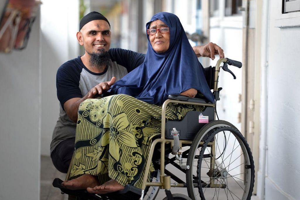 RELA BERKORBAN: Encik Mohamed Hashik Hassan yang mengambil keputusan untuk menjaga ibu tersayang Cik Rahmah Daud sepenuh masa, berasa lega ada pelbagai badan termasuk AIC, yang menawarkan bantuan untuk meringankan bebanannya.