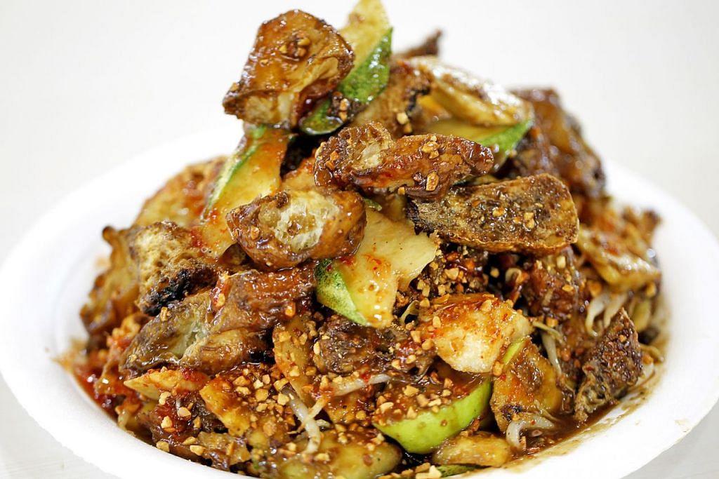 ROJAK CINA: Kuahnya biasanya berwarna coklat kehitaman, pekat dan manis dengan taburan kacang tanah dan digandingkan dengan timun, sengkuang, tau pok, nanas dan yu char kuay. – Foto fail