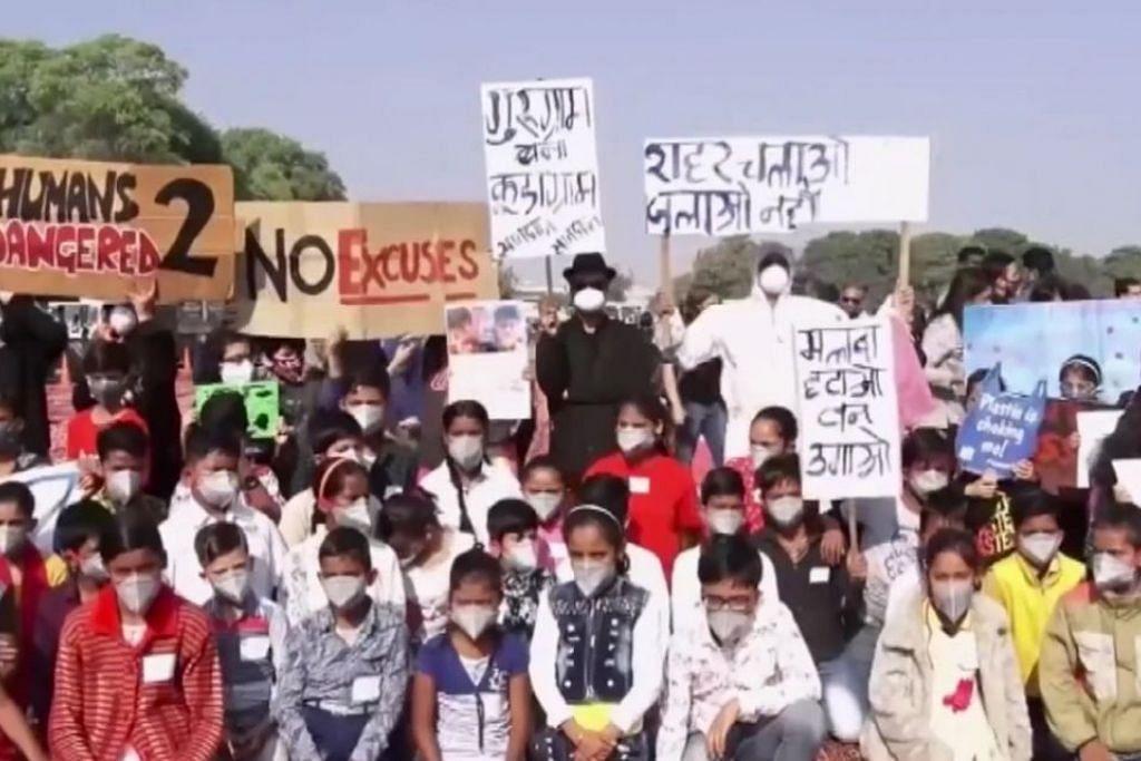 Murid sekolah di New Delhi adakan bantahan terhadap mutu udara yang semakin merosot. - Foto REUTERS