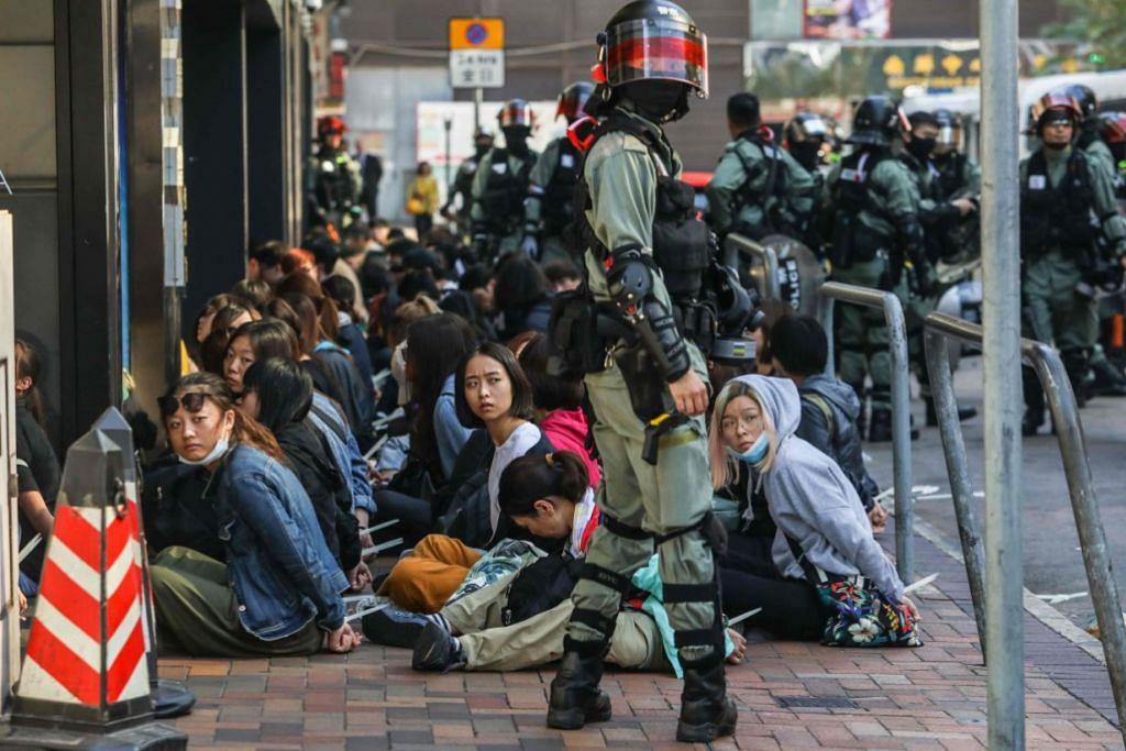 DITAHAN: Penunjuk perasaan ditahan polis dekat Universiti Politeknik Hong Kong.
