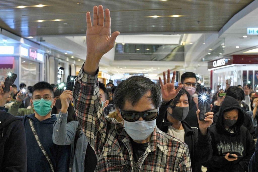 AKAN MENGUNDI: Ramai rakyat Hong Kong berpeluang ke kotak undian esok, bagi pilihan raya majlis daerah bandar tersebut. Hong Kong sebelum ini dibayangi ketegangan sosial yang mengganggu bandar raya itu lebih lima bulan. – Foto AFP