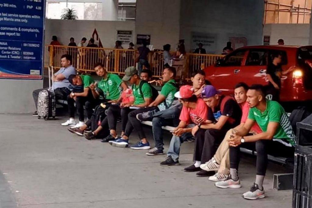 Pemain bola sepak dari Timor Leste terpaksa menunggu tiga jam di lapangan terbang untuk ketibaan bas. Namun, pemandu mereka membawa mereka ke hotel yang salah. - Foto ASEAN FOOTBALL NEWS/FACEBOOK
