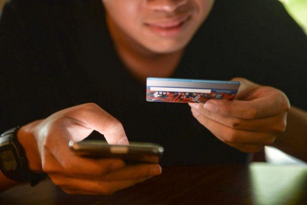 Dalam skim penipuan ini, pelanggan bank akan terima SMS mengatakan kad bank mereka disekat atau tidak aktif, atau akaun bank mereka dikunci. - Foto fail