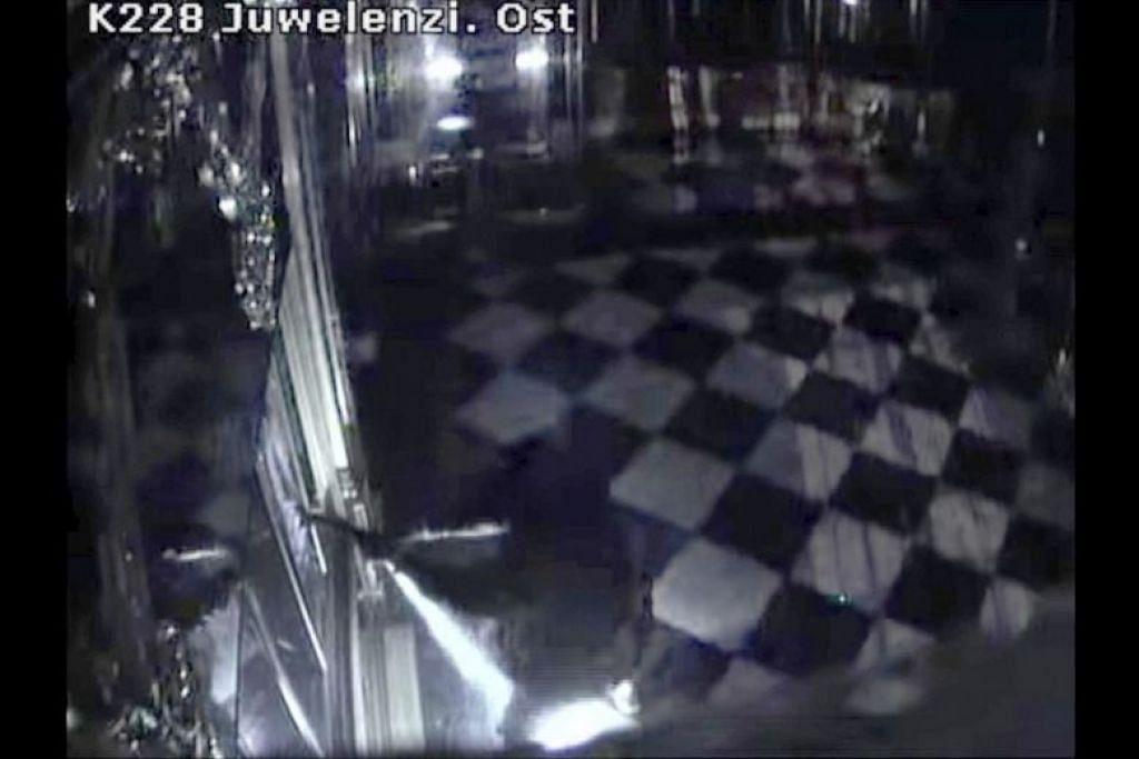 Gambar diambil dari rakaman kamera litar tertutup menunjukkan seorang lelaki memecahkan peti pameran di dalam muzium tersebut pada awal 25 November 2019. - Foto AP