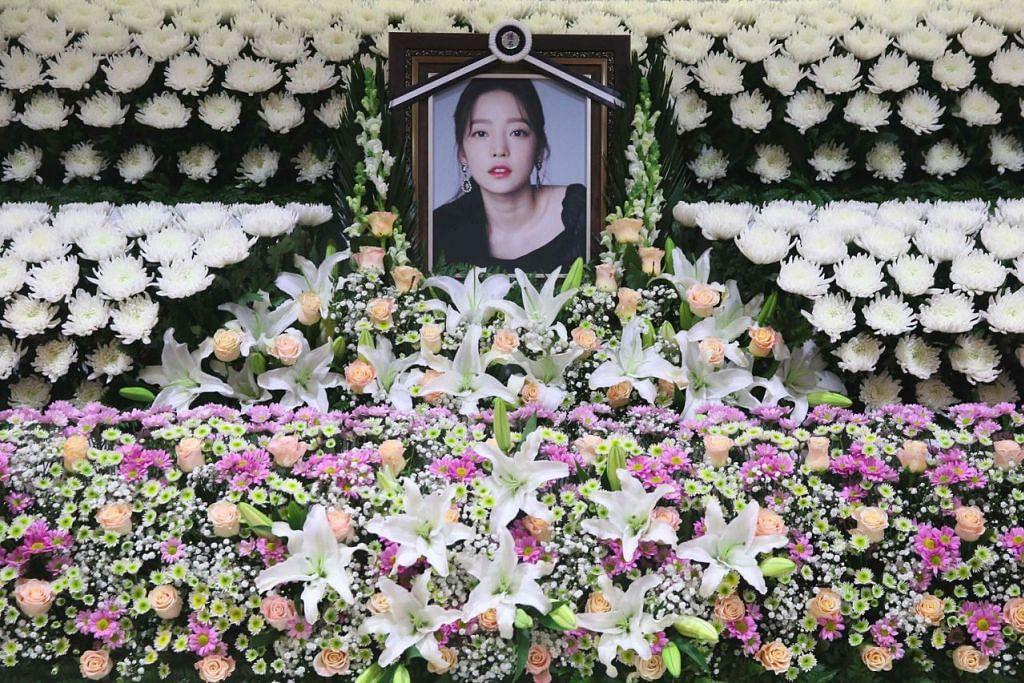 PENGHORMATAN TERAKHIR: Pelbagai jenis bunga mengelilingi gambar penyanyi dan pelakon popular dari Korea Selatan, Goo Hara, sebagai penghormatan terakhir kepada bintang K-Pop itu yang meninggal dunia Ahad lalu. - Foto AFP