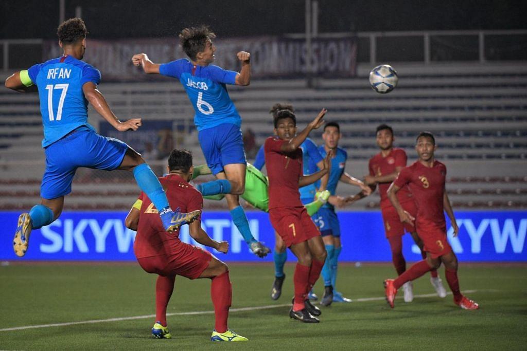Jacob Mahler (tengah, jersi biru) melonjak tinggi namun tandukannya gagal menembusi gawang Indonesia dalam kekalahan Singapura 0-2 menentang Indonesia di Stadium Memorial Rizal malam ini. - Foto BH oleh MARK CHEONG