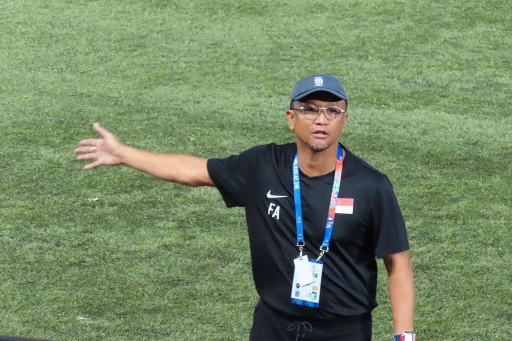 Reaksi kecewa Fandi Ahmad semasa perlawanan Singapura berdepan Thailand di Stadium Bola Sepak Binan petang ini. - Foto ZULAIQAH ABDUL RAHIM