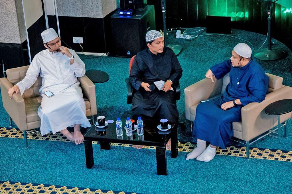 PASANGAN ADALAH TANDA KEBESARAN DARIPADA ALLAH SWT: Demikian antara nasihat yang disampaikan dalam forum 'Jangan Gaduh Pasal Jodoh' di Masjid Al-Istiqamah yang dirungkai oleh Ustaz Muhamad Nuzhan Abdul Halim (kiri) dan Ustaz Md Zahid Zin (kanan). Di tengah ialah moderator Ustaz Md Farhan Nordin. – Foto BM oleh NUR DIYANA TAHA