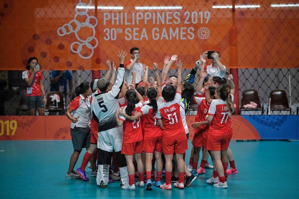 Pasukan floorball wanita Singapura meraikan kemenangan ke atas Thailand dalam perlawanan final di  Gim Kolej Kinetik Manusia di Universiti Filipina di Manila, petang ini. - Foto BH oleh MARK CHEONG