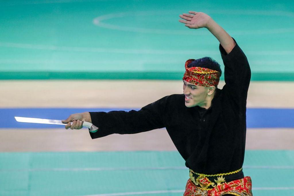 Persembahan kemas dan penuh bertenaga Muhammad Iqbal berjaya mengutip pingat perak dalam acara seni tunggal lelaki di Pusat Konvensyen dan Pameran Subic Bay (SBECC) tengahari ini. - Foto SPORT SINGAPORE