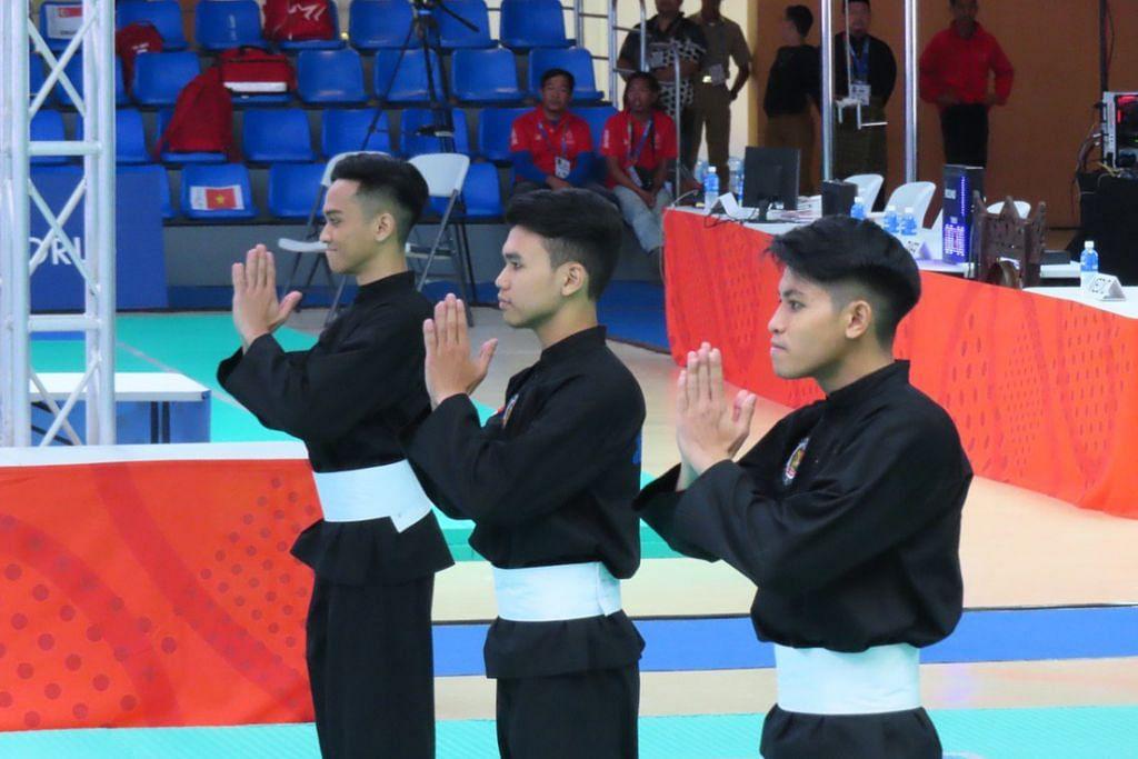 Trio wira negara yang terdiri daripada Nujaid Hasif Zainal Abidin, Muhammad Nazrul Mohd Kamal dan Hamillatu Arash Juffrie menang pingat emas dalam acara seni regu di  Pusat Konvensyen dan Pameran Subic Bay (SBECC) petang ini. - Foto ZULAIQAH ABDUL RAHIM