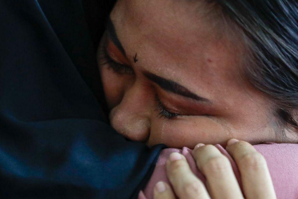 Nurzuhairah mengalirkan air mata selepas pertandingan seni tunggal wanita di Pusat Pameran dan Konvensyen Subic Bay di Subic pagi ini. - Foto SPORT SINGAPORE.