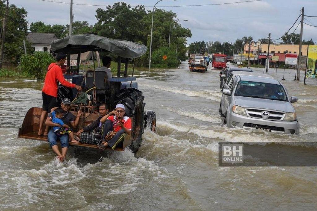 Penduduk terpaksa berpindah dek banjir di Kelantan. FOTO: BERNAMA