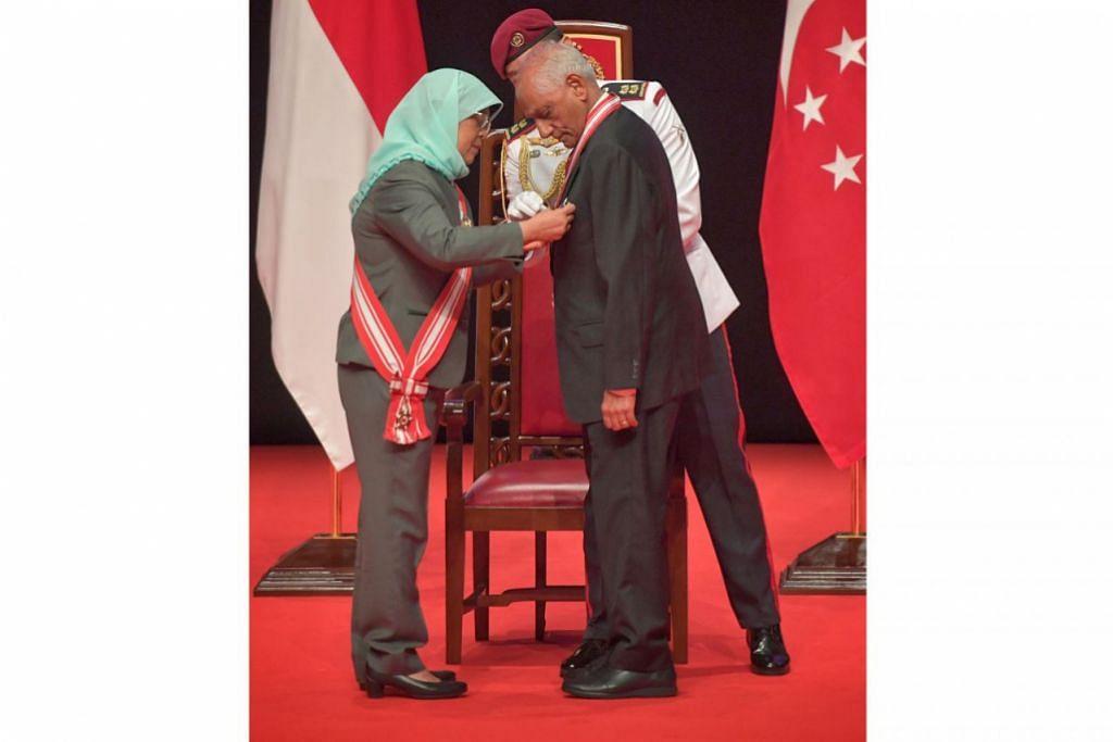 (Gambar atas), Encik Pillay mengungguli senarai penerima dengan meraih anugerah Darjah Utama Temasek (Dengan Kepujian). - Foto BH oleh ARIFFIN JAMAR