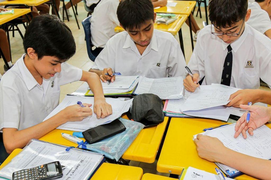 TUNJUK KELAKONAN LEBIH BAIK: Golongan pelajar Singapura mencatatkan kelakonan lebih baik berbanding purata pelajar daripada negara-negara Pertubuhan Kerjasama dan Pembangunan Ekonomi (OECD) dalam tiga aspek penilaian utama iaitu membaca, matematik dan sains. Mereka antara 6,676 pelajar berumur 15 tahun - sebahagian besar di peringkat menengah empat - yang menyertai ujian penilaian setiap tiga tahun itu. - Foto fail