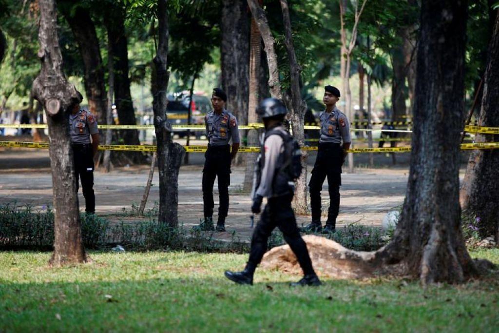 Pegawai polis berwaspada setelah letupan di Kompleks Monumen Nasional di Jakarta pada 3 Disember 2019. FOTO: REUTERS