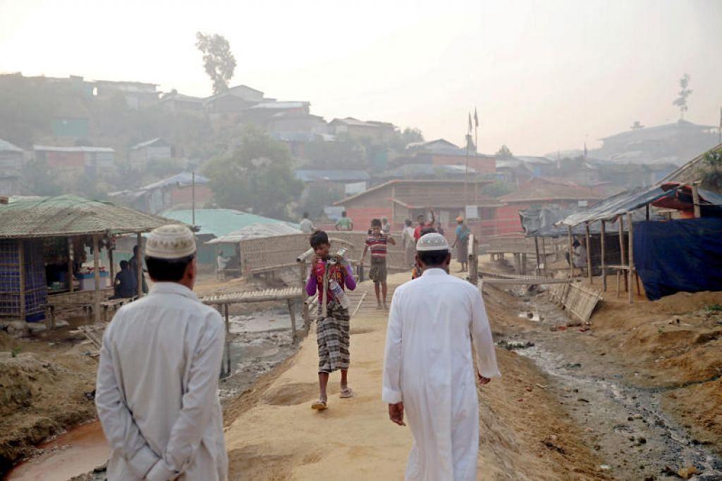 Kanak-kanak berjalan di kem pelarian di Cox's Bazar. FOTO: REUTERS