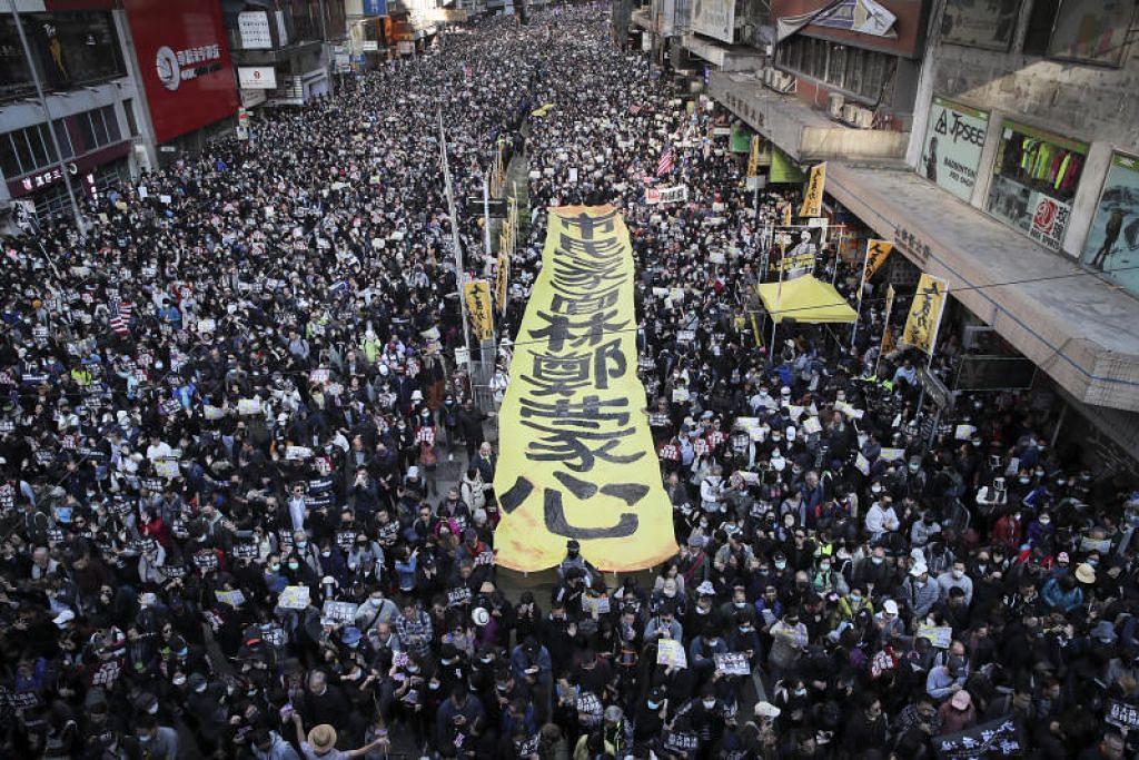 Ratusan ribu penyokong pro-demokrasi berarak di Hong Kong pada 8 Disember 2019. FOTO: AP
