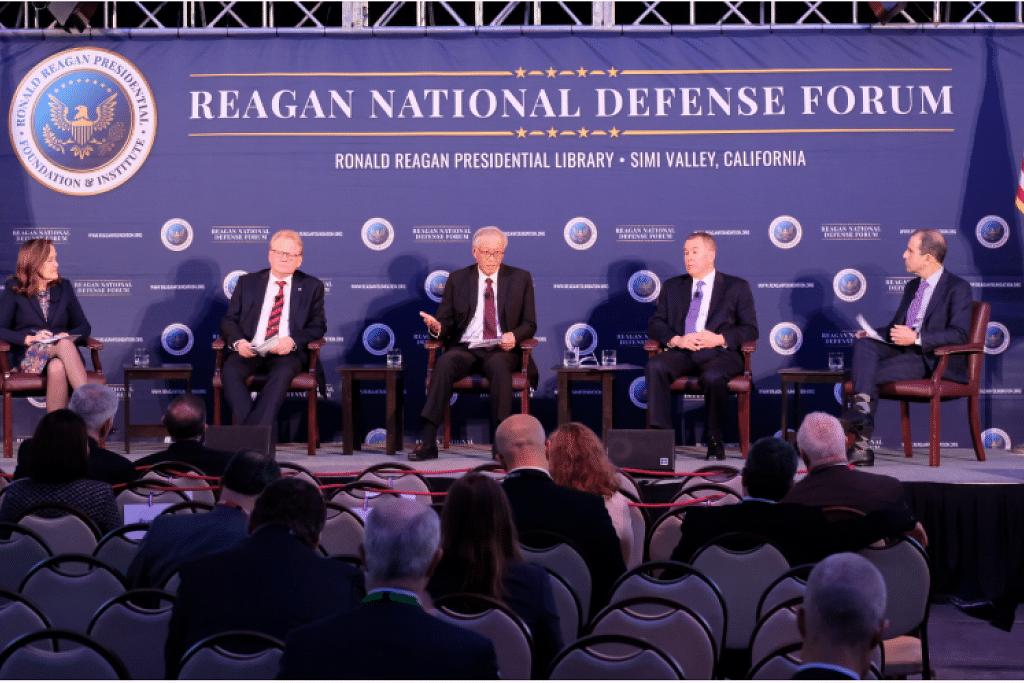 "Menteri Pertahanan Dr Ng Eng Hen (tengah) bercakap pada sesi panel Forum Pertahanan Nasional Reagan ke-7 (RNDF) bertajuk ""Mempertingkat Pertahanan Negara Amerika: Bekerjasama dengan Sekutu dan Rakan Kongsi"". FOTO: MINDEF"