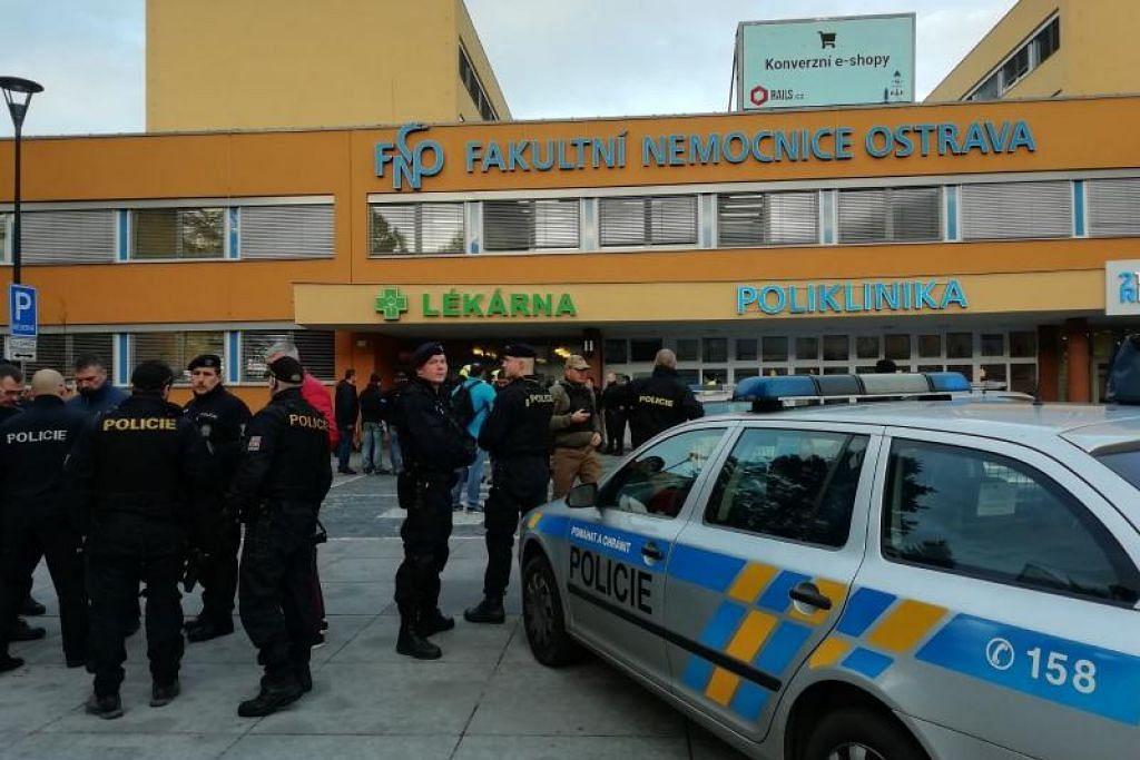 Pegawai polis berada di luar Hospital Fakulti di Ostrava, Republik Czech timur. FOTO: AFP