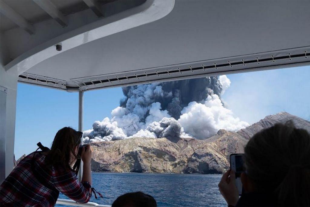 Kepulan asap berikutan letupan mendadak gunung berapi White Island di New Zealand. FOTO: AFP