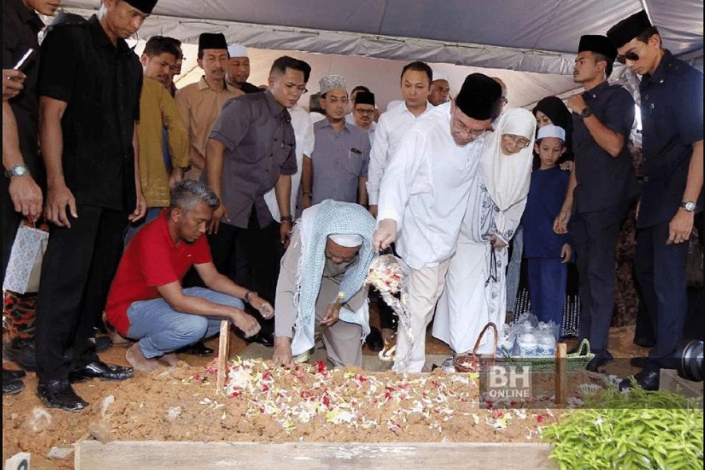 Datuk Seri Anwar Ibrahim (berbaju putih, songkok hitam) bersama Timbalan Perdana Menteri Datuk Seri Dr. Wan Azizah Dr. Wan Ismail dan ahli keluarga menyiram air mawar ke pusara bapanya Allahyarham Datuk Dr. Wan Ismail Wan Mahmud yang telah selamat dikebumikan di Tanah Perkuburan Ukay Perdana. FOTO: NSTP/Saifullizan Tamadi.