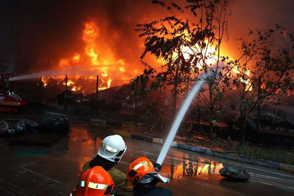 Ahli bomba memadamkan api yang sedang berlaku di Tuas Crescent sejak 6 pagi tadi. FOTO: FACEBOOK/ SCDF