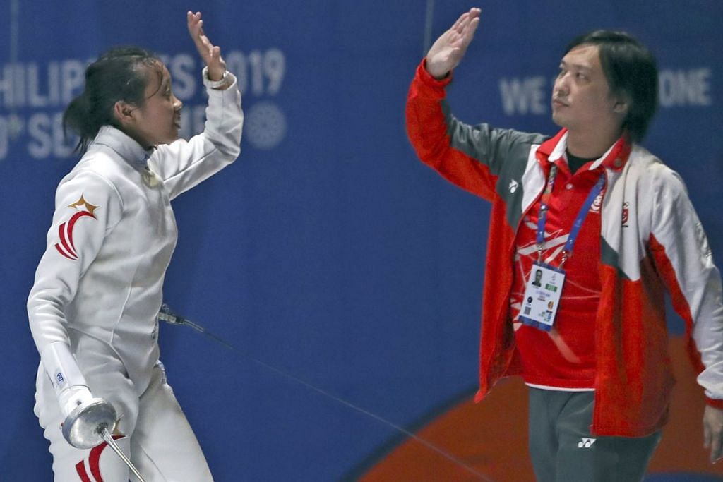 WIRA EMAS - CATAT SEJARAH: Srikandi lawan pedang negara Kiria Tikanah Abdul Rahman (kiri) berjaya meraih pingat emas dalam acara epee perseorangan wanita di Sukan SEA, menjadikannya atlit wanita pertama mencapai kejayaan itu sejak 1989. - Foto REUTERS
