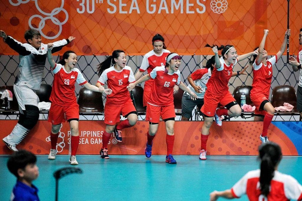 WIRA EMAS - RATU FLOORBALL: Pasukan floorball wanita negara mempertahankan takhta kejuaraan mereka di Sukan SEA 2015 selepas berjaya mengalah Thailand 4-3 dalam perlawanan akhir. - Foto BH oleh MARK CHEONG
