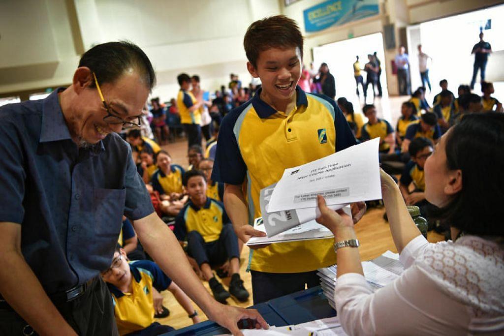 Para pelajar menerima keputusan GCE peringkat 'N' mereka. FOTO: MARK CHEONG