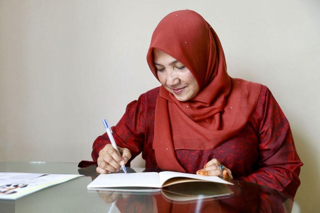 TEMPAT PERTAMA: Selepas ketiga kali mencuba, akhirnya Cik Hartinah Ahmad menjuarai Anugerah Pena Emas kategori puisi Melayu, buat tahun ini. – Foto BH oleh MARCELLIN ANGELO