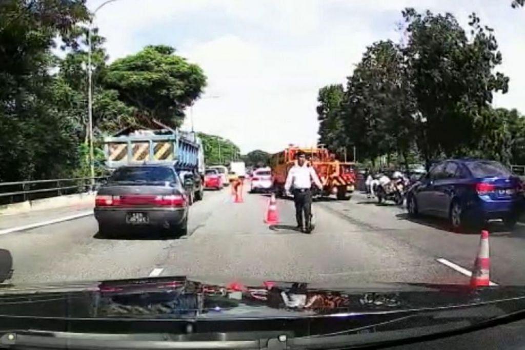 Penunggang motosikal yang terlibat dalam nahas jalan raya melibatkan dua kereta dan sebuah treler telah meninggal dunia pagi tadi. FOTO: STOMP