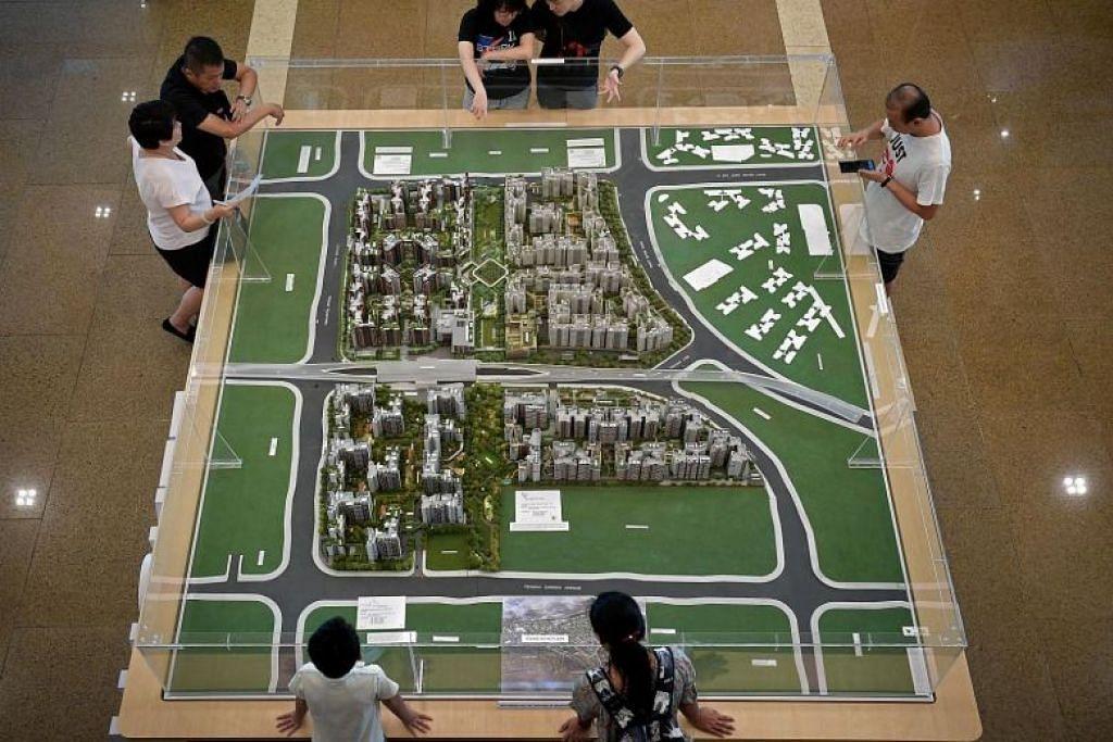 Orang awam melihat model flat di HDB Hub di Toa Payoh. FOTO: KUA CHEE SIONG