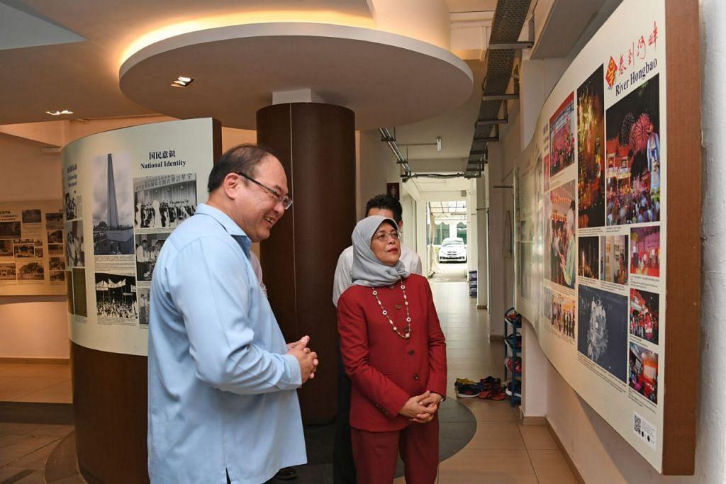 DEKATI MASYARAKAT: Presiden Halimah melawat galeri warisan Persekutuan Persatuan Suku Kaum Cina Singapura (SFCCA) bersama presiden badan itu, Encik Tan Aik Hock, pada 19 Disember lalu. – Foto BH oleh DESMOND FOO