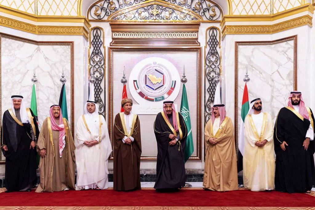 HUBUNGAN BERANSUR PULIH: Gambar daripada sumber Istana Arab Saudi menunjukkan (dari kiri) Setiausaha Agung Majlis Kerjasama Teluk (GCC) Abdullatif bin Rashid Al-Zayani, Emir Kuwait Sheikh Sabah Al-Ahmad Al-Jaber Al-Sabah, Perdana Menteri Qatar Abdullah bin Nasser bin Khalifa al-Thani, Timbalan Perdana Menteri Oman Fahd bin Mahmud al-Said, Raja Arab Saudi Salman bin Abdulaziz, Naib Presiden dan Perdana Menteri Amiriah Arab Bersatu Bahrain Raja Hamad bin Isa Al Khalifa, penguasa Emirat Dubai Mohammed bin Rashid Al -Maktoum dan Putera Mahkota Arab Saudi Mohammed bin Salman menghadiri sidang puncak GCC ke-40 di Riyadh, ibu negara Arab Saudi, pada 10 Disember 2019. - Foto ISTANA KERAJAAN SAUDI MENERUSI AFP