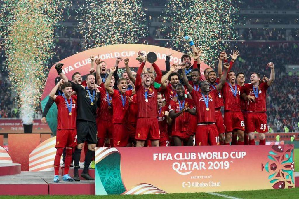Pasukan Liverpool bersama trofi selepas kemenangan di Piala Dunia Kelab di Doha. FOTO: AFP