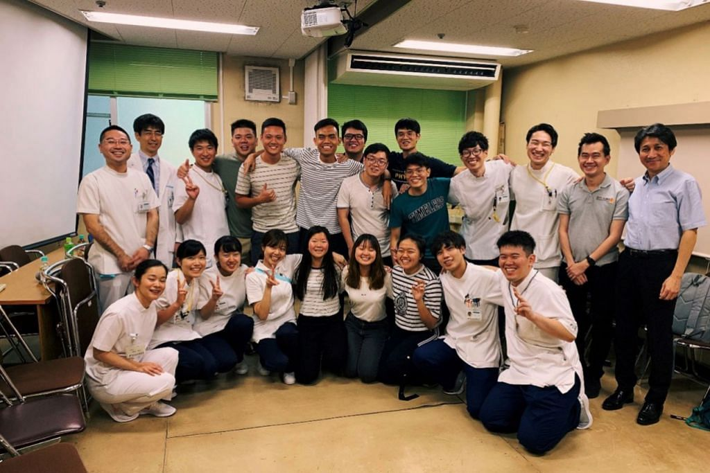 LAWAT HOSPITAL: Penulis (berdiri, enam dari kiri) bersama kakitangan Hospital Shinshu dan pelajar SIT. - Foto MUHAMMAD ADNAN HAKIM