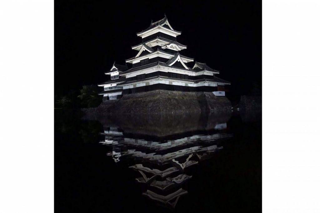 KUBU BERSEJARAH: Kubu Matsumoto pada waktu malam. Ia dibina menggunakan kayu pada 1504 dan setinggi 30 meter. – Foto MUHAMMAD ADNAN HAKIM