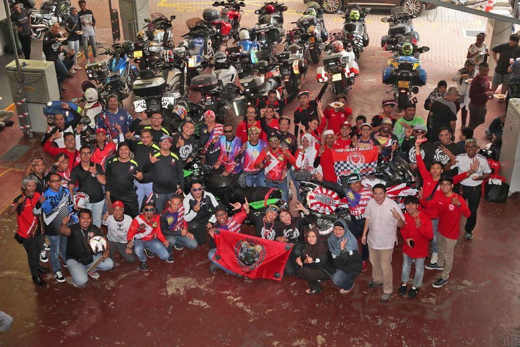 AGIH KASIH: Kumpulan bikers dengan kerjasama MAEC telah mengagihkan makanan serta keperluan kepada 150 keluarga kurang bernasib baik. - Foto BH oleh KELVIN CHNG