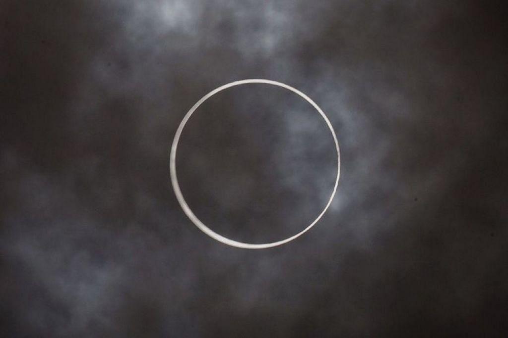 Gerhana matahari anulus pada 1.22 tengah hari tadi. FOTO: KEVIN LIM