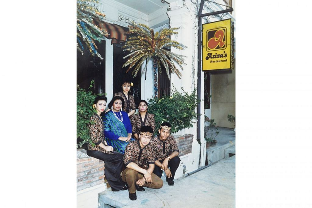 TEMPAT JATUH LAGI DIKENANG: Cik Aziza (berbaju biru) dengan kakitangannya di restorannya, 'Azizah's, pada suatu ketika dulu.  - Foto fail