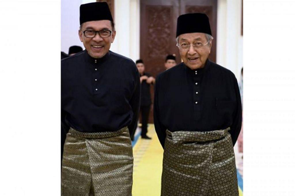 SIAPA PEMIMPIN SELEPAS MAHATHIR: Soal siapa akan mengambil alih teraju kempimpinan kerajaan Malaysia selepas Tun Dr Mahathir Mohamad (kanan) terus menjadi tanda tanya. Apakah Datuk Seri Anwar Ibrahim (kiri) akan jadi Perdana Menteri Malaysia yang baru pada 2020? Masa akan menentukan. –Foto THE STAR